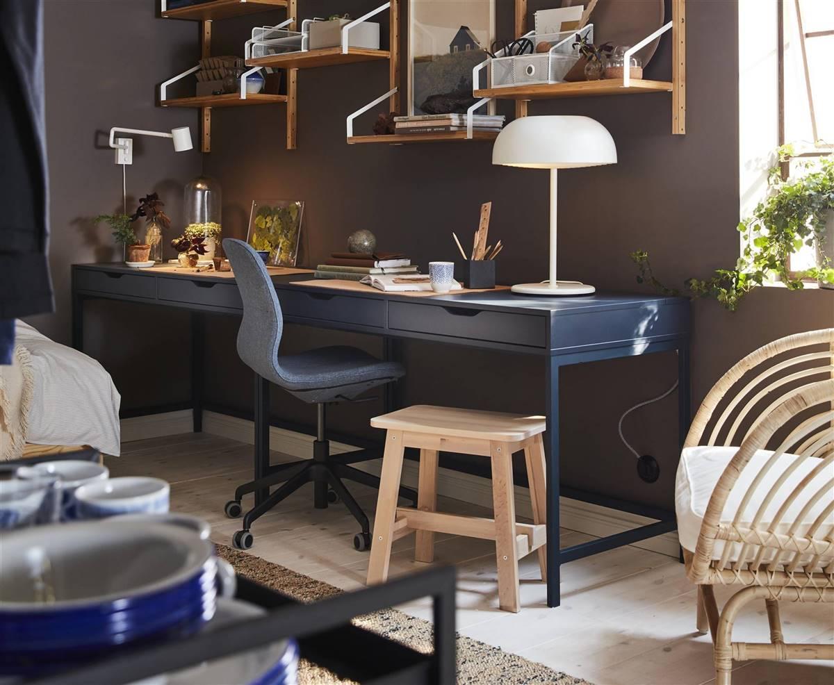 Despacho moderno con mesa, silla y accesorios de trabajo